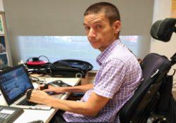 trabajador con lesión medular en su puesto de trabajo