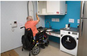 persona en silla de ruedas accediendo a mobilidarios accesibles