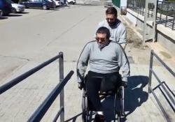 Terapeuta ocupacioal entrenando el manejo de silla de ruedas