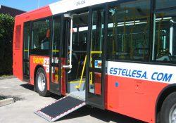 Rampa de accesibilidad en un autobús urbano